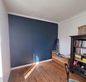 Mur en couleur bleu intense